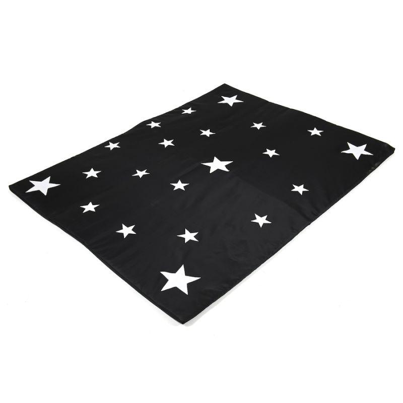 Tumsā spīdošs zvaigžņu paklājs