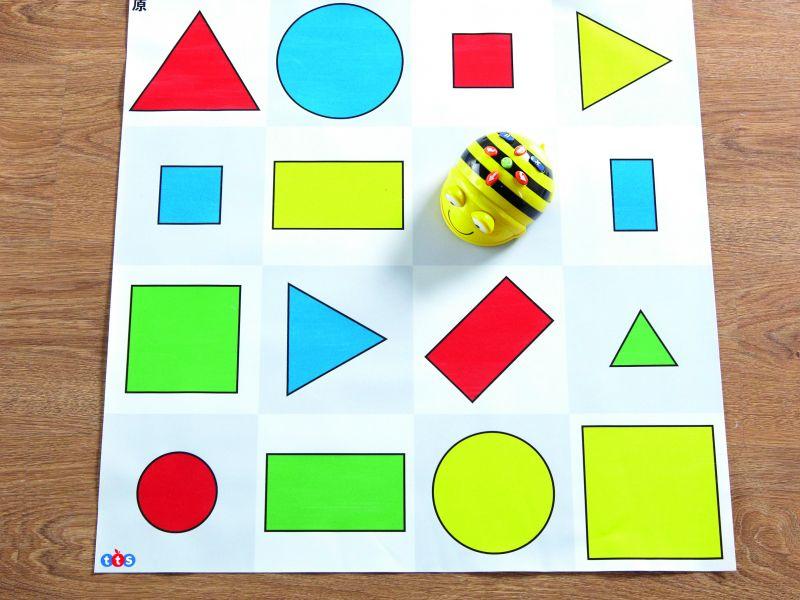 Dažādu krāsu un izmēru figūru paklājs
